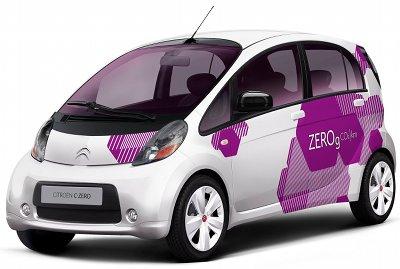 Présentation complète de la Citroên C-Zero de 2011, version rebadgée de la Mitsubishi i-Miev. Cette voiture électrique est vendue à un prix très élevé en Europe, par rapport à ses prestations. Citroën a choisi de faire payer les batteries à l'achat, alors que Renault, qui rentre sur ce marché avec une gamme complète de véhicules électriques (dont la Renault Zoe), a choisi de limiter le prix d'achat, mais de proposer les batteries en location. Au final, le prix de revient devrait être identique, mais la facture beaucoup plus raisonnable à l'achat.